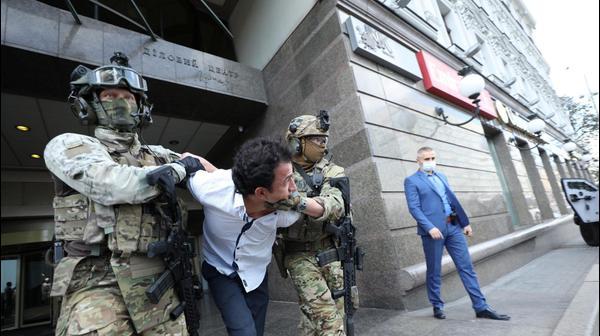 אנשי שירות הביטחון של אוקראינה עוצרים אדם שאיים לפוצץ פצצה בסניף בנק בקייב