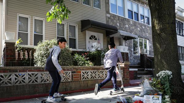 פינת הנצחה מאולתרת לשופטת בית המשפט העליון רות ביידר גינסבורג מחוץ לבית ילדותה ברובע ברוקלין, ניו יורק