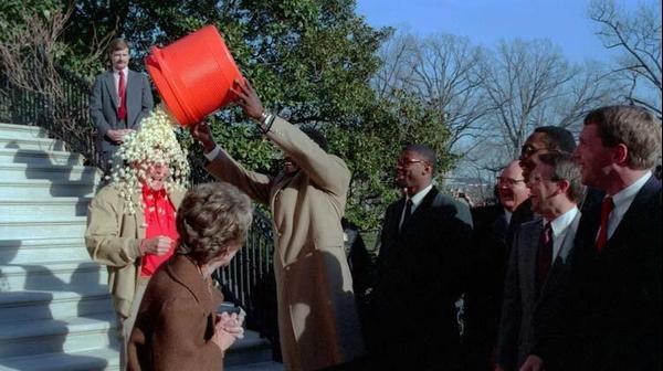 הארי קארסון שופך דלי פופקורן על רונאלד רייגן ב-1987
