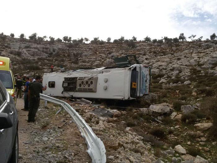 """אוטובוס התהפך: תאומה של החיילת שנהרגה בתאונה: """"תחזרי, את החצי השני שלי"""