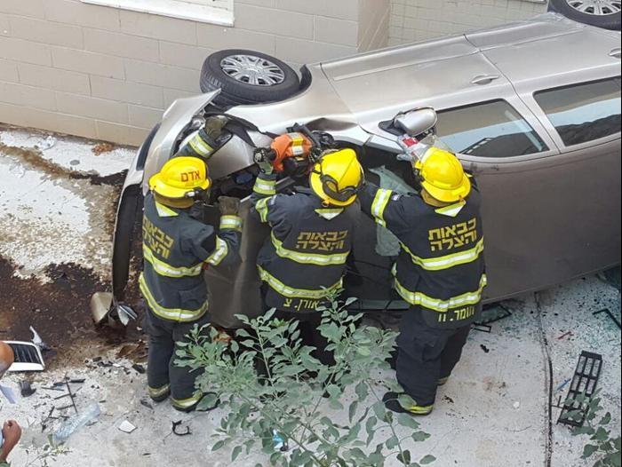 מעולה צעיר הידרדר עם רכבו לחצר בית מגובה 5 מטרים בחיפה; מצבו קל - וואלה ZW-41