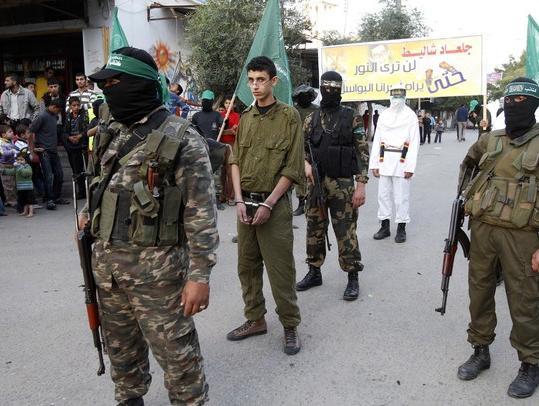 עזה Photo: פלסטיני בתחפושת של גלעד שליט כיכב בתהלוכה של חמאס