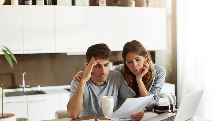 זוג בודק את חשבון הבנק