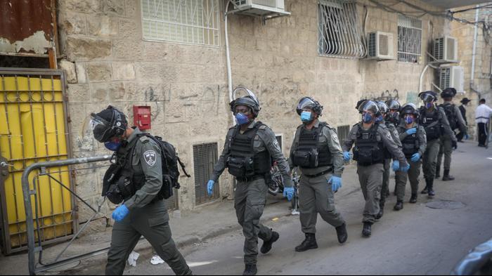 שוטרים עוטים מסכה בשכונת מאה שערים בירושלים 22 באפריל 2020