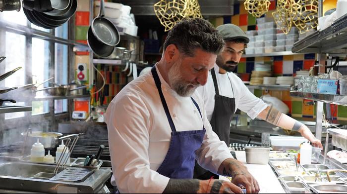 אסף גרניט במטבח של מחניודה. עידו שחם, עידו שחם