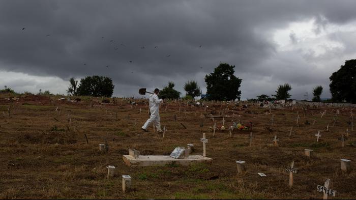 צוות קברנים בבית קברות בריו דה ז'ניירו, 19 ביוני 2020