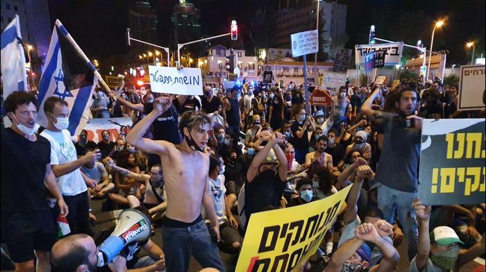 מפגינים חוסמים את צומת עזריאלי בתל אביב, 11 ביולי 2020