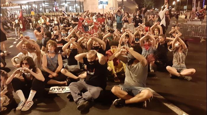 מפגינים בכיכר פריז בירושלים נגד בנימין נתניהו - 15 ליולי 2020