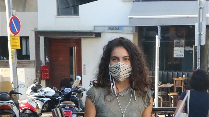 שלומית מלכה עם מסיכה ברחוב
