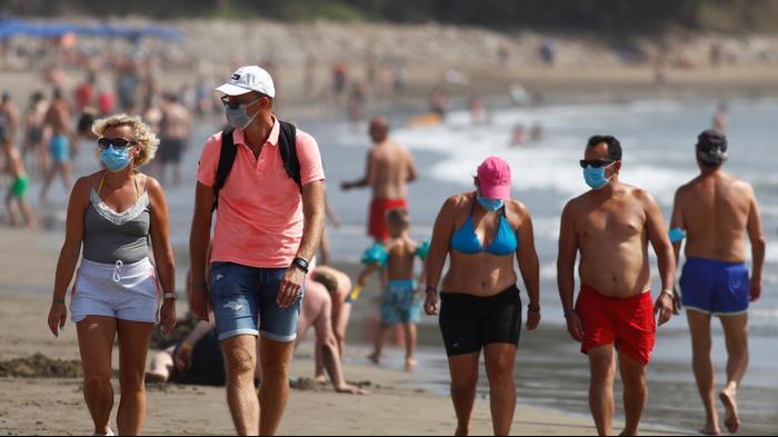 רוחצים עוטים מסיכות בפלאיה דל אינגלס, גראן קנריה, ספרד. 14 באוגוסט 2020