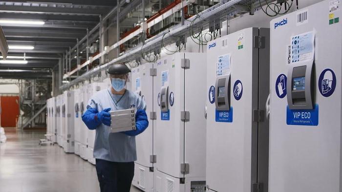 מקררים המכילים חיסונים לקורונה במפעל של פייזר, בלגיה