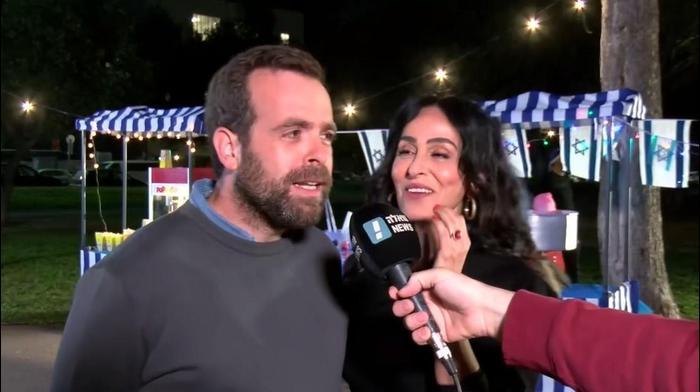"""שגיא בן נון מראיין את אודי כגן וריטה בצילומי התכנית """"קארפול קריוקי"""" של כאן 11. יותם רונן"""