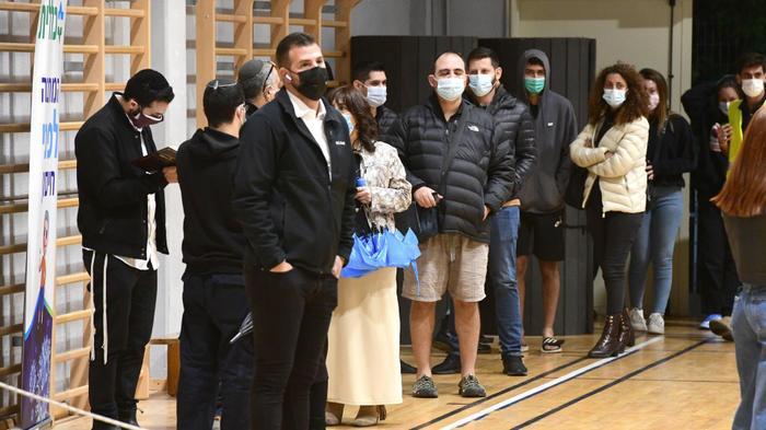 מתחם חיסונים לקורונה של קופת חולים כללית בראש העין, 16 בפברואר 2021. ראובן קסטרו
