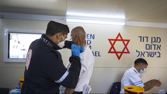 """חיסון לקורונה, מתחם מד""""א בעיר העתיקה, ירושלים,26 בפברואר 2021. אוליבייה פיטוסי, פלאש 90"""