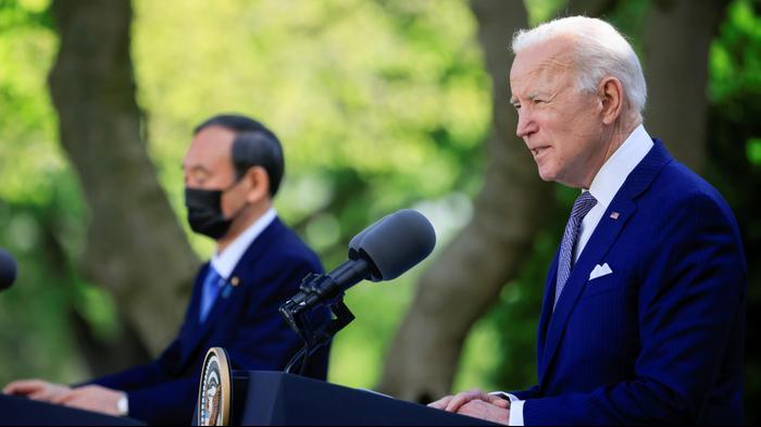 נשיא ארצות הברית ג'ו ביידן במסיבת עיתונאים בבית הלבן, במעמד ראש ממשלת יפן יושיהידה סוגה, 17 באפריל 2021. רויטרס