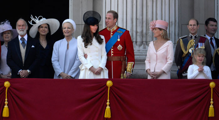 Britain's Prince William (C) embraces his wife Catherine, Duchess of Cambridge, as they stand with other members of the royal family on the balcony of Buckingham Palace after attending the Trooping the Colour ceremony in central London June 11, 2011. (רויטרס , רויטרס/ Dylan Martinez)