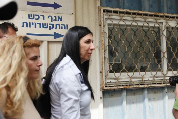 האישה הכי חזקה במדינת ישראל -ראש וועד הרכבת אדרעי שותה לשר התחבורה ישראל כץ את המוח עם כפית  1237251-46