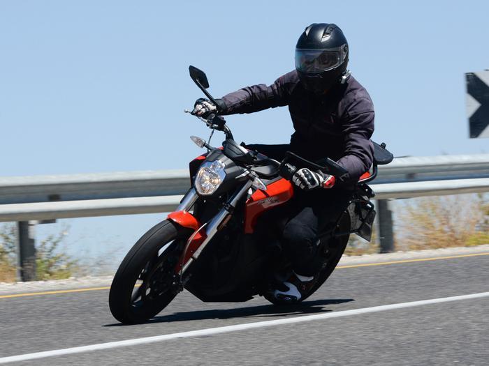 מודרני זירו SR הוא אופנוע חשמלי חזק ומהנה. הרכישה יקרה, התחזוקה זולה JV-71