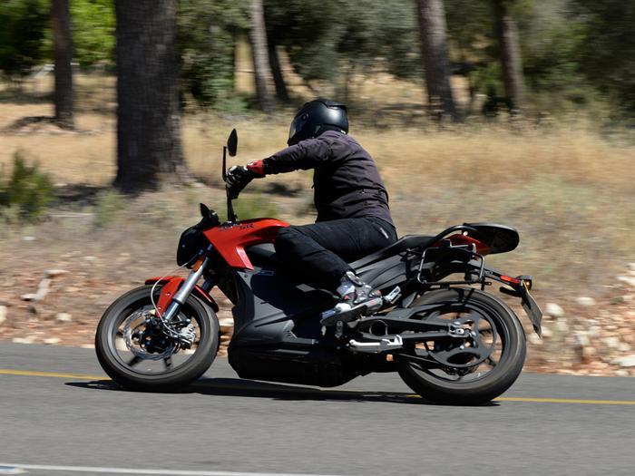 תוספת זירו SR הוא אופנוע חשמלי חזק ומהנה. הרכישה יקרה, התחזוקה זולה ZE-78