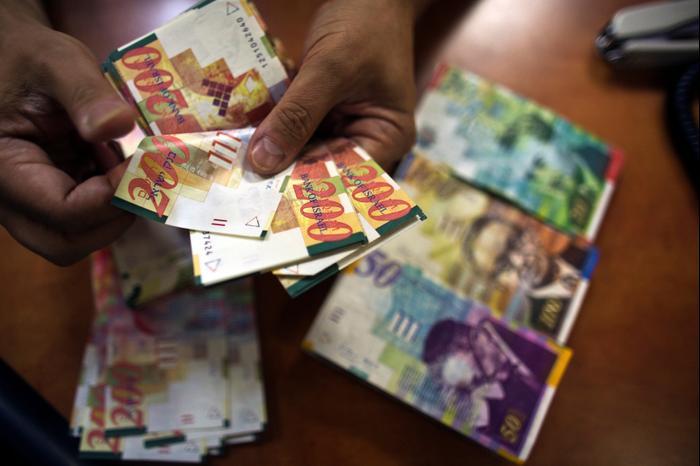 ספירת כסף, סניף בנק, תל אביב (רויטרס)