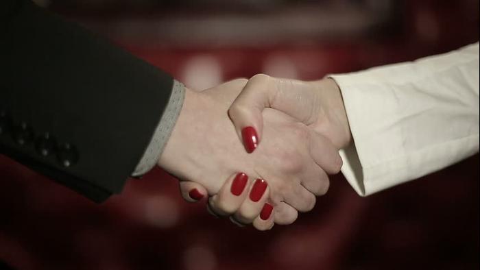 לחיצת ידיים בין גבר לאישה (ShutterStock)