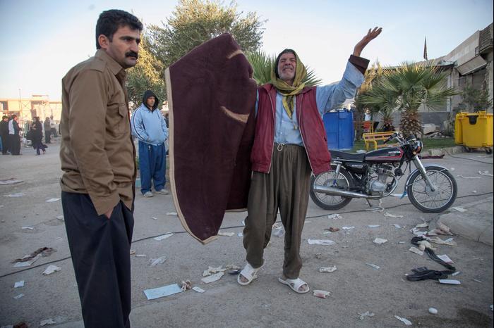 תושבים באזור סרפול א-זאהב, מערב איראן, שנפגע ברעידת אדמה, 13 בנובמבר 2017 (רויטרס)