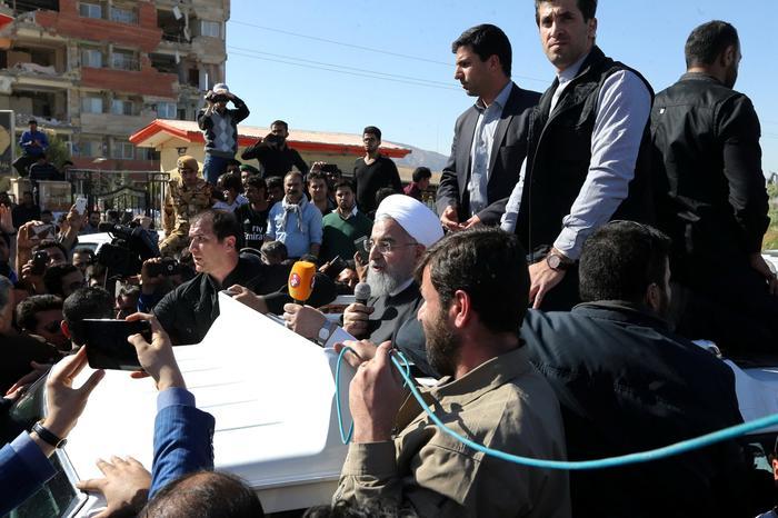נשיא איראן רוחאני באזור רעידת האדמה בסרפול א-זאהב, 14 בנובמבר 2017 (רויטרס)