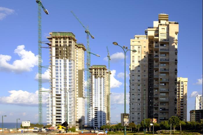 פרויקט בנייה של מגדלי מגורים בעיר נתניה (ShutterStock)