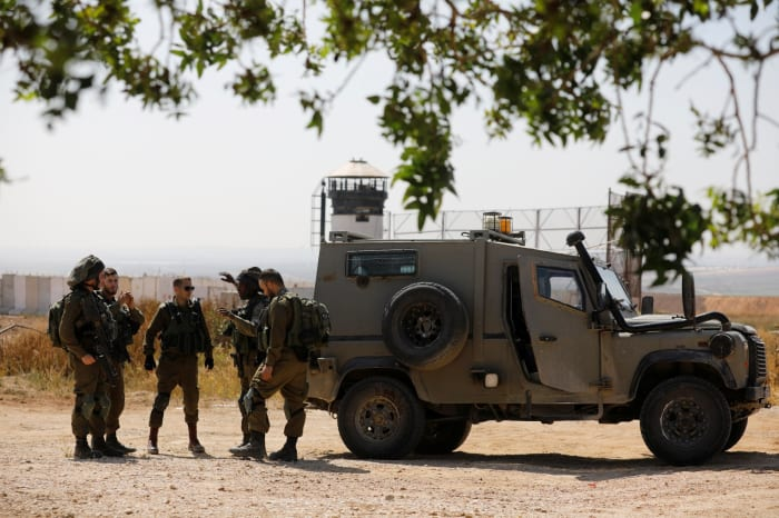 "Israeli soldiers deploy on the Israeli side of the border with the northern Gaza Strip, April 1, 2018. REUTERS/Amir Cohen חיילי צה""ל בגבול רצועת עזה, 1 באפריל 2018 (רויטרס)"