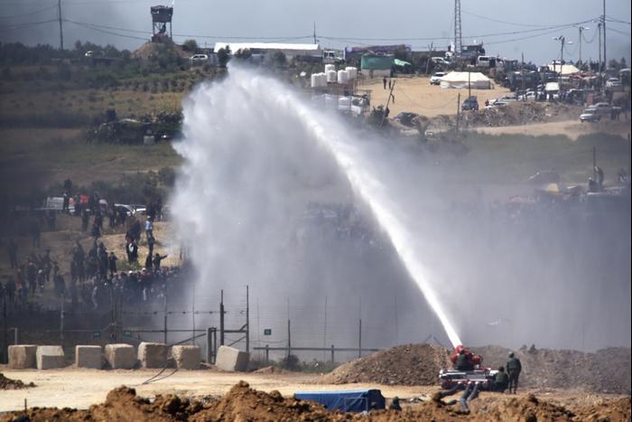 """עזה Photo: תותחי מים ומאווררי ענק: כך פועל צה""""ל נגד המפגינים ברצועת"""