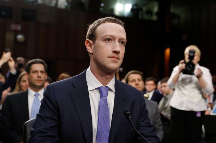 מארק צוקרברג מעיד בפני ועדה בסנאט במטרה לספק הסברים על פרשת הפרטיות הגדולה ביותר בתולדות פייסבוק, וושינגטון, 10 באפריל 2018 (רויטרס)