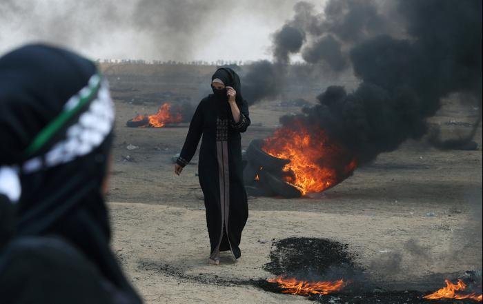 """הפגנת פלסטינים בגבול הרצועה במאה על מעבר שגרירות ארה""""ב לירושלים 14 במאי 2018 (רויטרס)"""