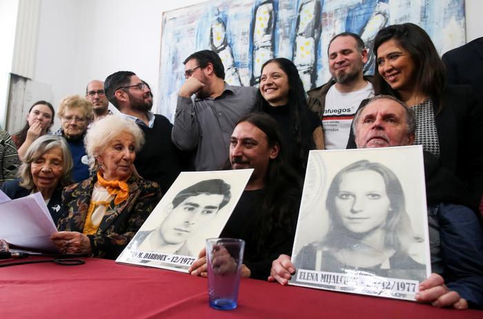 Un homme dont les parents ont été kidnappés par des agents des services secrets argentins en 1977 retrouve sa famille le 13 juin 2019 (Reuters)