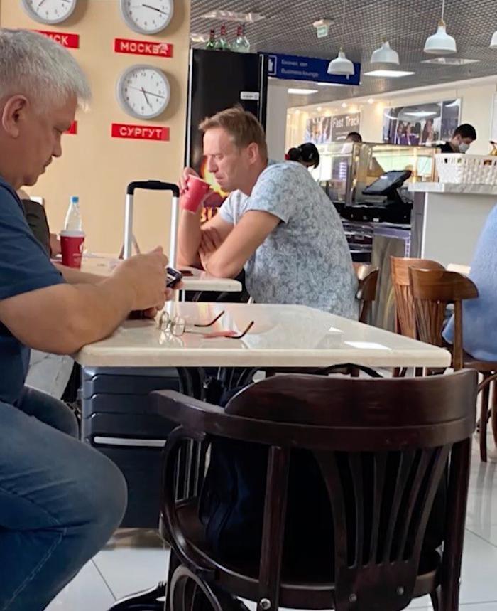 Навальный в аэропорту в Томске