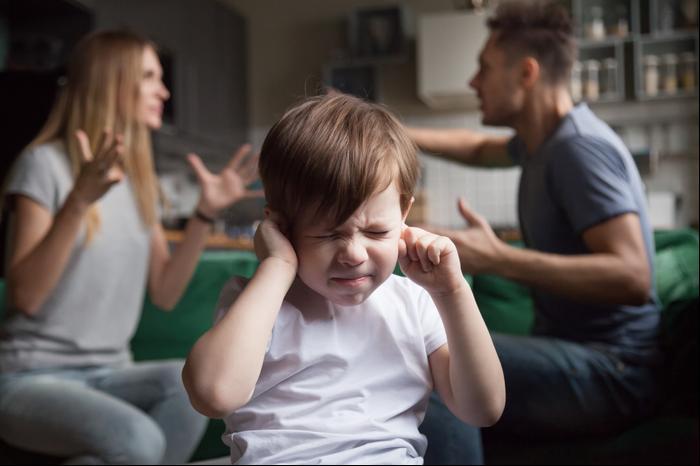 הורים רבים ופעוט עצוב. ShutterStock