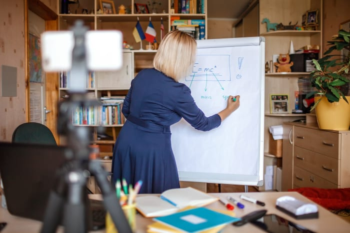 מורה מעבירה שיעורים דרך זום. ShutterStock