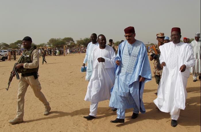 המועמד לנשיאות ניז'ר, מוחמד באזום במהלך סיור עם חברי משלחתו 18 ביוני 2016