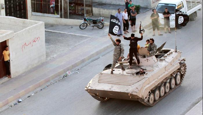 לוחמים מוסלמים במצעד צבאי בא-רקה, סוריה, 30 ביוני 2014. רויטרס