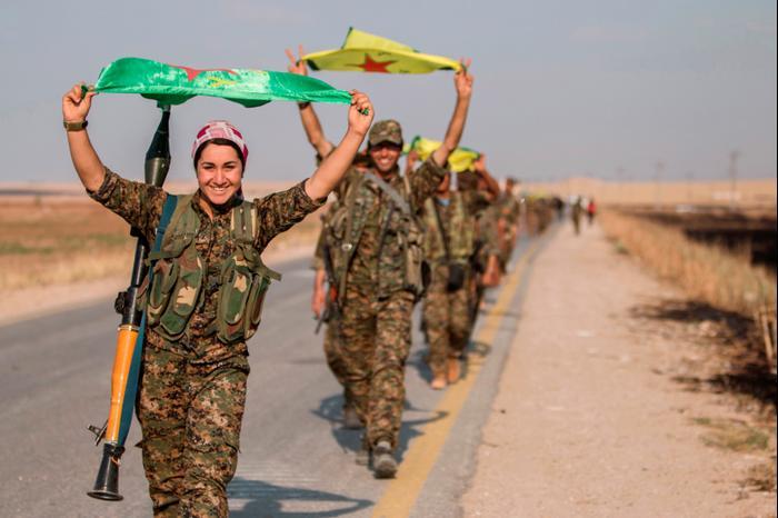 לוחמים כורדים לאחר כיבוש א-רקה, סוריה, 15 ביוני 2015. רויטרס