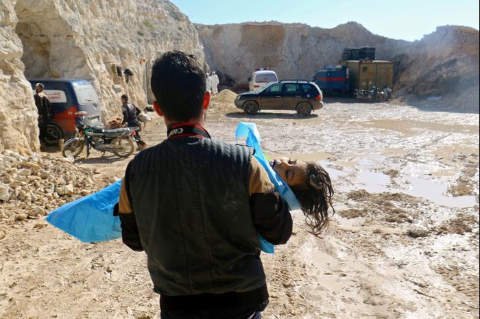 גופת ילד לאחר מתקפה כימית בעיירה ח'אן שיח'ון באידליב, סוריה, 4 באפריל 2017. רויטרס