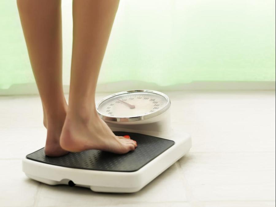 אישה עומדת על משקל