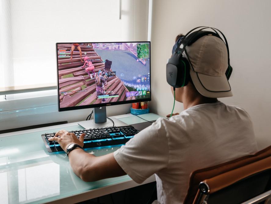 גיימר משחק במשחק רשת