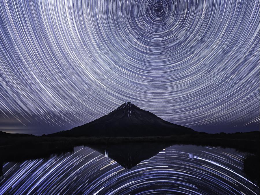 חשיפה ארוכה ברכס הרים המשקיף אל הר הטראנקי בניו זילנד