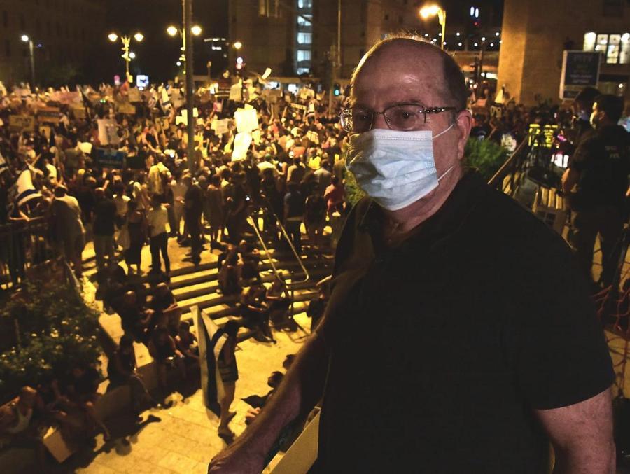 משה בוגי יעלון בהפגנת הדגלים השחורים. מול מעון רה״מ,בלפור ירושלים, 1 באוגוסט 2020