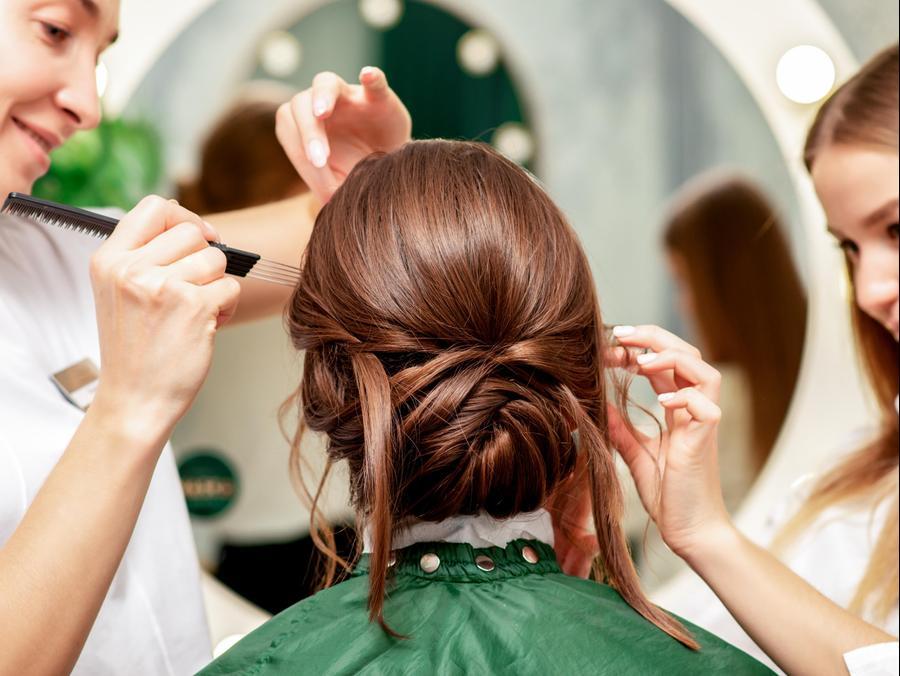 אישה עוברת עיצוב שיער. ShutterStock