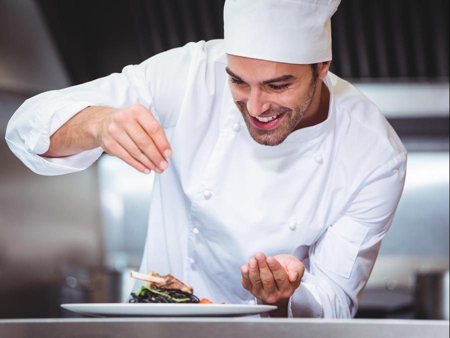 שף במטבח. ShutterStock