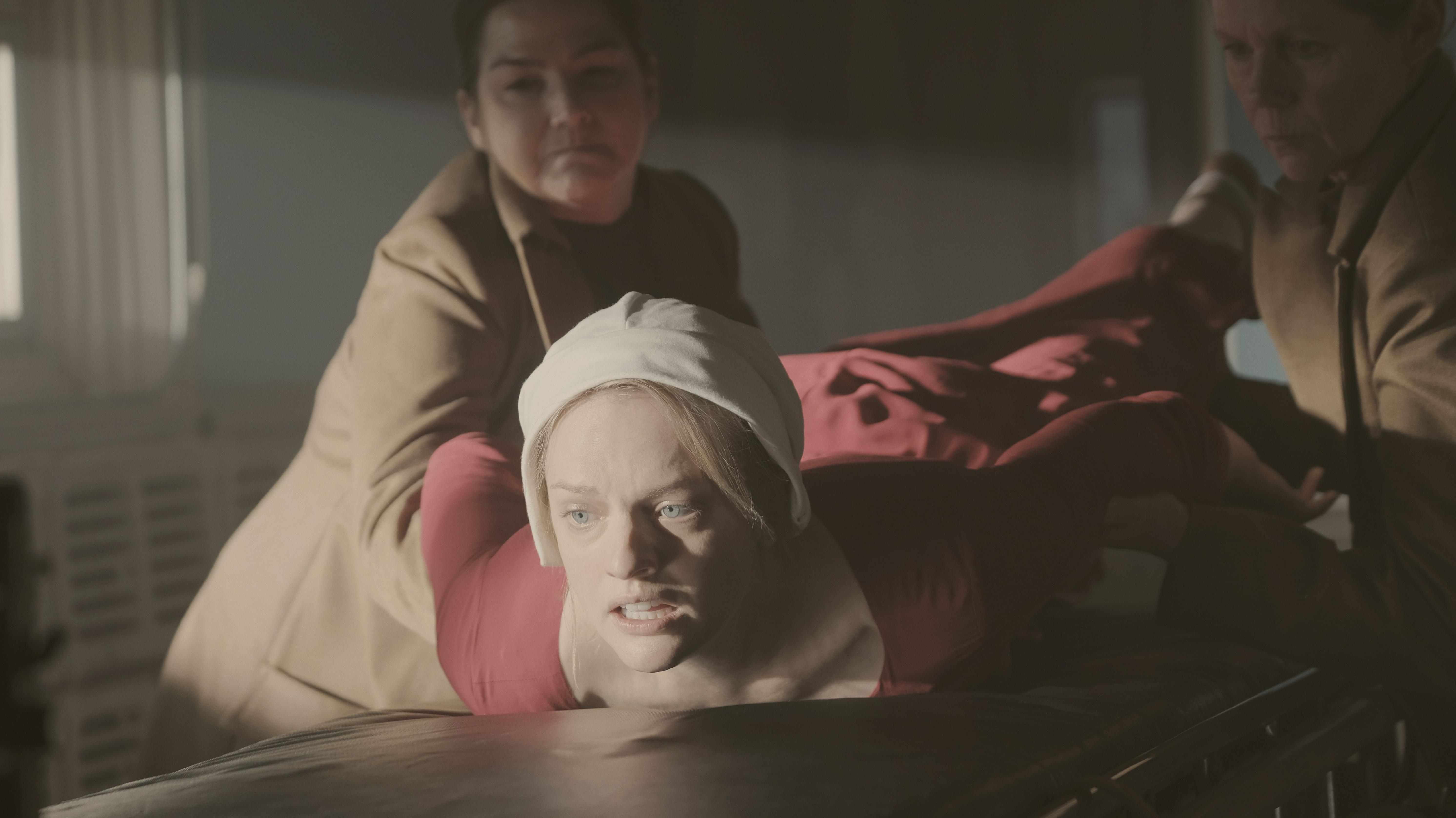 סיפורה של שפחה, עונה 1 פרק 4, אליזבת מוס