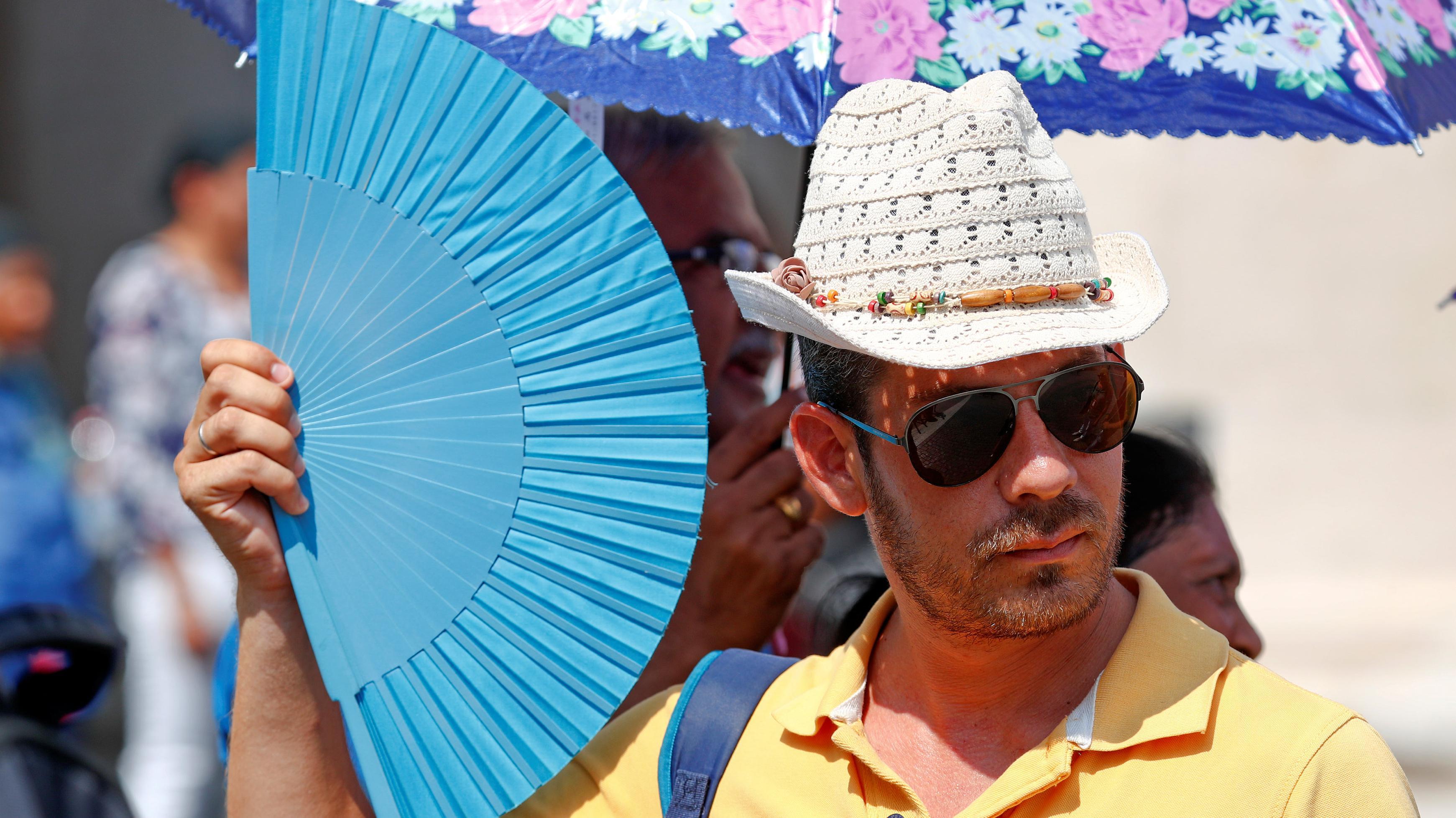 תייר בוותיקן מנפנף במניפה כדי להתגונן מפני החום הקופח, 4 באוגוסט 2018