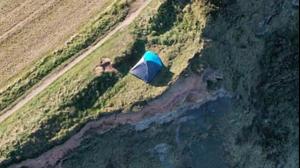 הורים עשו קמפינג על קצה מצוק גבוה ביורקשייר, בריטניה. צילום מסך, צילום מסך